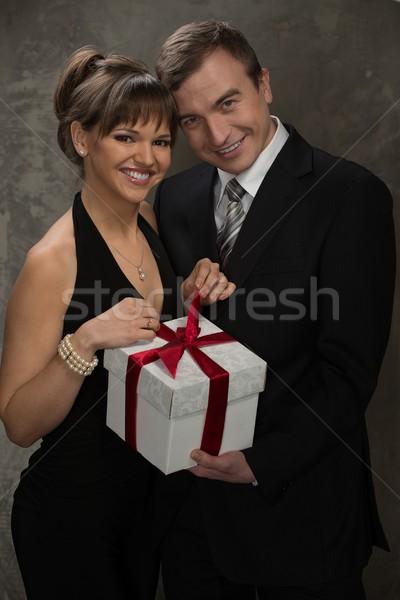 Jonge glimlachend man vrouw geschenkdoos elegante Stockfoto © Nejron