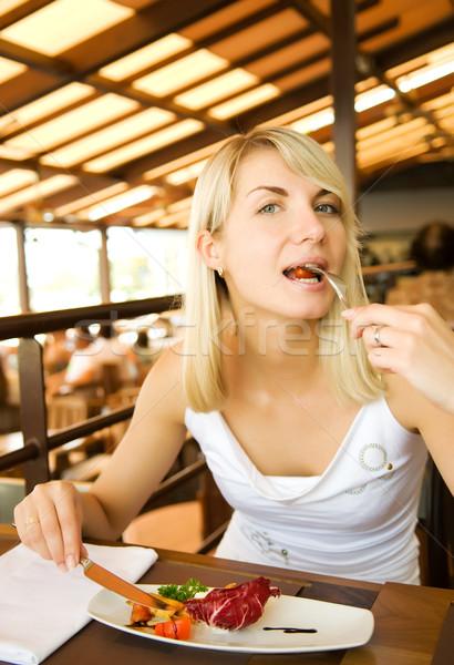 Gyönyörű fiatal nő eszik vegetáriánus étel étterem szépség Stock fotó © Nejron