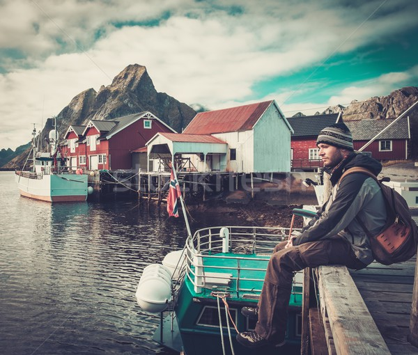 Homme voyageur séance pier village Norvège Photo stock © Nejron