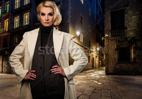 Stockfoto: Blond · vrouw · witte · jas · alleen · buitenshuis