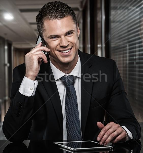 Stockfoto: Knappe · man · zwart · pak · mobiele · telefoon · moderne · kantoor