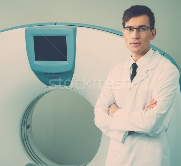 Giovani medico piedi scanner ospedale Foto d'archivio © Nejron