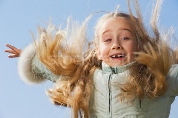Photo stock: Petite · fille · sautant · extérieur · ciel · fille · enfant