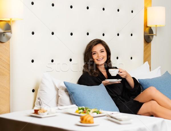 Bela mulher café da manhã quarto de hotel comida café casa Foto stock © Nejron