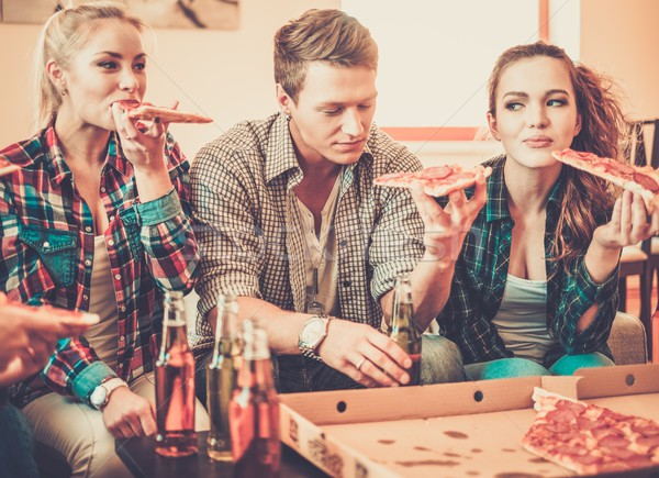 Grupo jovem amigos pizza garrafas beber Foto stock © Nejron
