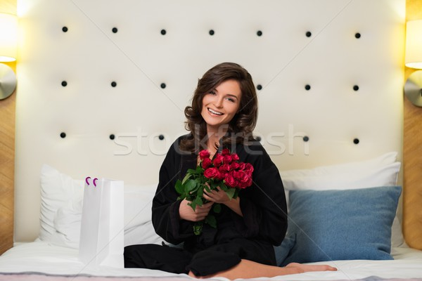 Mulher monte rosas dom saco cama Foto stock © Nejron