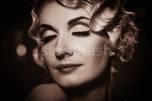 Portret elegant retro femeie frumos Imagine de stoc © Nejron