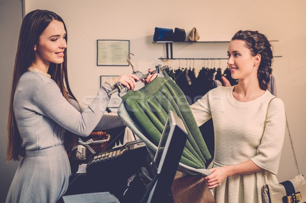 Heureux femme client payer mode salle d'exposition Photo stock © Nejron
