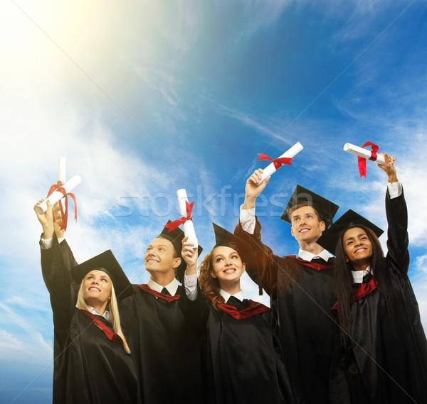 Boldog vegyes nemzetiségű csoport fiatal diákok tekercsek kék ég Stock fotó © Nejron
