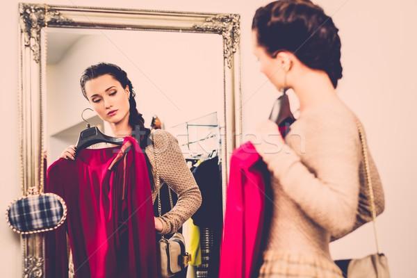 Jeune femme vêtements salle d'exposition femme Shopping Photo stock © Nejron