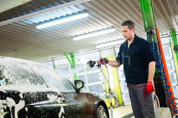 Homem trabalhador lavagem luxo carro lava-jato Foto stock © Nejron