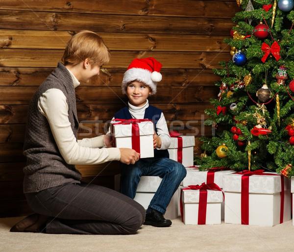 Anya kicsi fiú mikulás kalap ajándék doboz Stock fotó © Nejron
