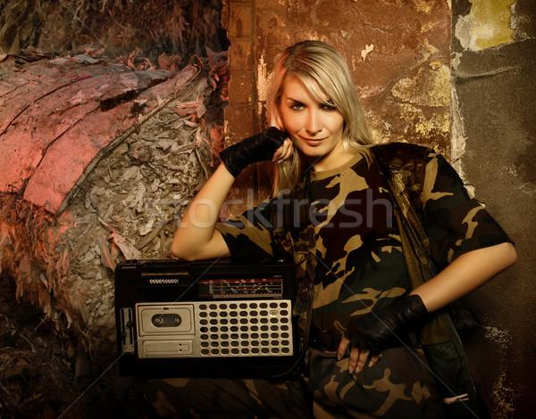 Mooie vrouwelijke soldaat retro muziekspeler meisje Stockfoto © Nejron