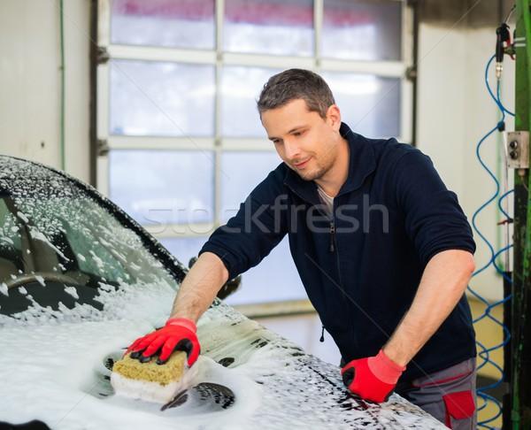 Homme travailleur lavage luxe voiture éponge Photo stock © Nejron