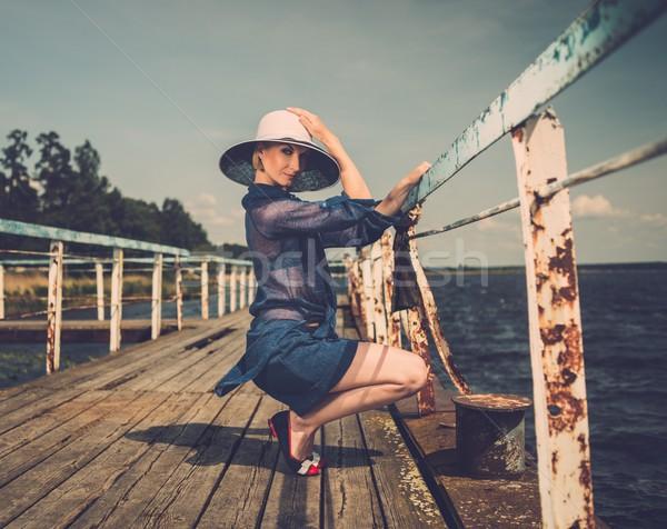 Elegáns nő fehér kalap ül öreg Stock fotó © Nejron