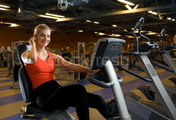Güzel genç kadın egzersiz spor salonu dinleme Stok fotoğraf © Nejron