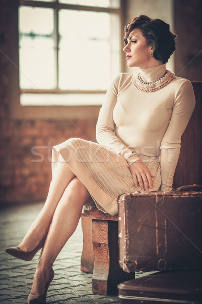 Vintage estilo mulher jovem estação de trem mulher jovem Foto stock © Nejron