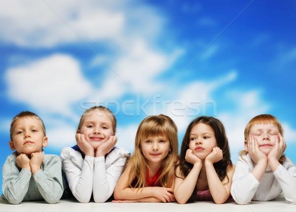 Groep weinig kinderen rij blauwe hemel hemel Stockfoto © Nejron