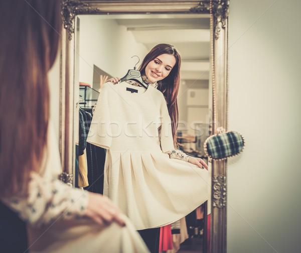 Zdjęcia stock: Młoda · kobieta · ubrania · showroom · kobieta · zakupy
