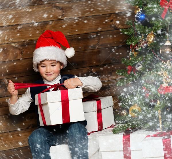 Kicsi fiú mikulás kalap nyitás ajándék doboz Stock fotó © Nejron