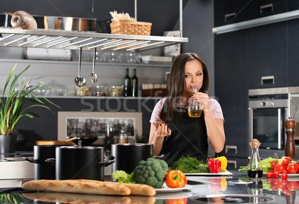Grembiule moderno cucina olio d'oliva ragazza Foto d'archivio © Nejron