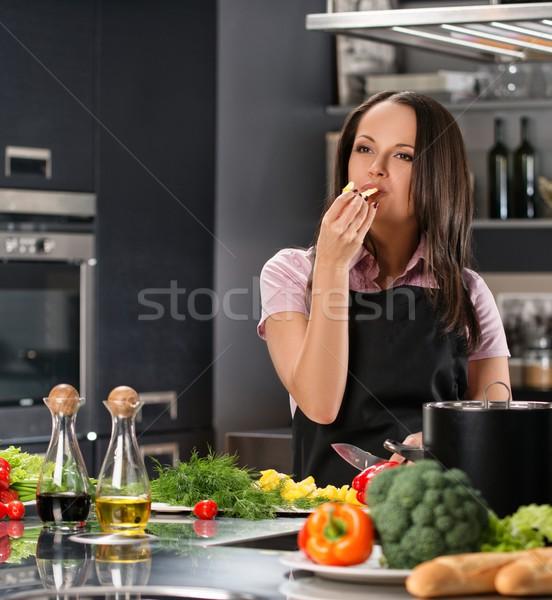 Feliz mulher jovem avental moderno cozinha degustação Foto stock © Nejron
