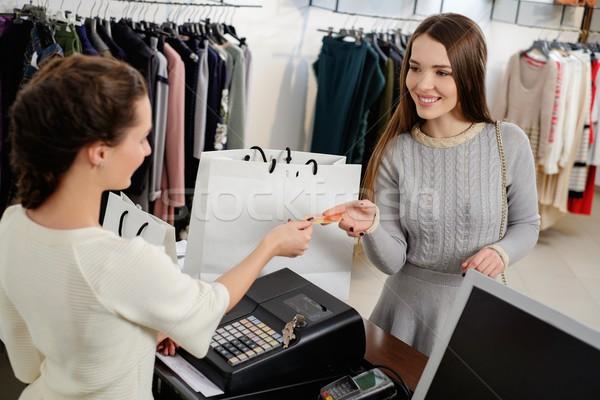 Heureux femme client payer carte de crédit mode Photo stock © Nejron