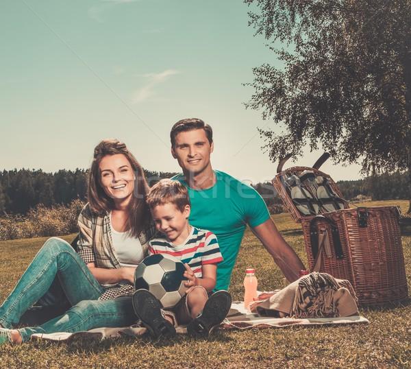 Zdjęcia stock: Młodych · rodziny · piknik · odkryty · dziecko · pić