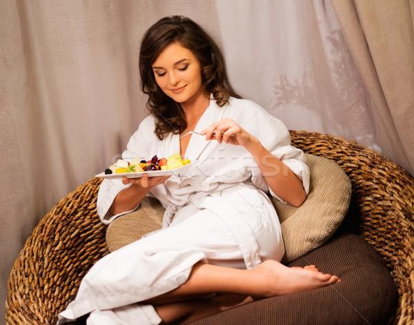 Kobieta relaks wygodny krzesło tablicy owoce Zdjęcia stock © Nejron
