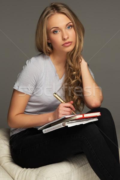 Jeune femme étudiant prendre des notes portable livre visage Photo stock © Nejron