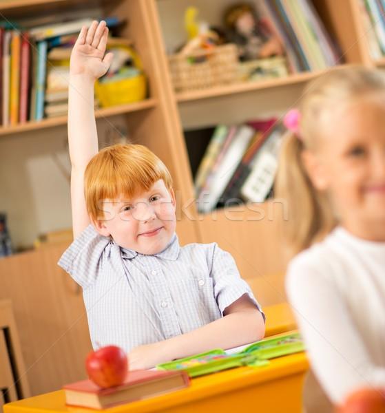 Zdjęcia stock: Mały · uczeń · za · szkoły · biurko