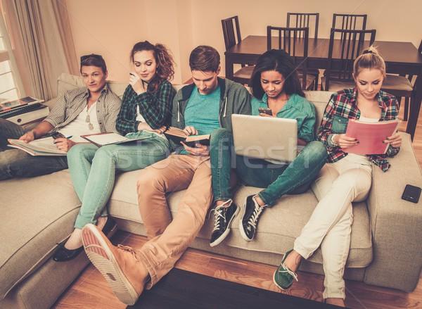 Groep jonge studenten examens home Stockfoto © Nejron