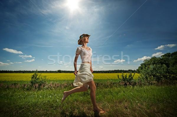 Mooie vrouw cowboyhoed lopen bloem glimlach gras Stockfoto © Nejron