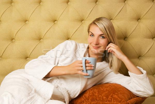 Stok fotoğraf: Güzel · genç · kadın · oturma · yatak · içme · kahve