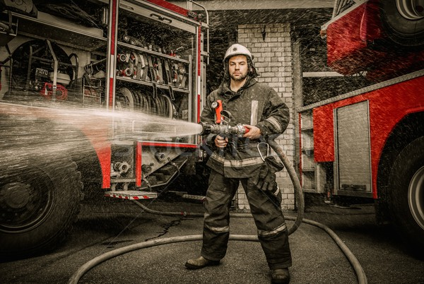 Brandweerman water vrachtwagen uitrusting gebouw Stockfoto © Nejron