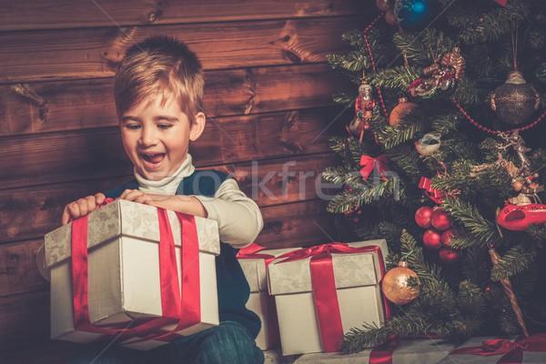 Kicsi fiú ajándék doboz karácsonyfa fából készült házbelső Stock fotó © Nejron