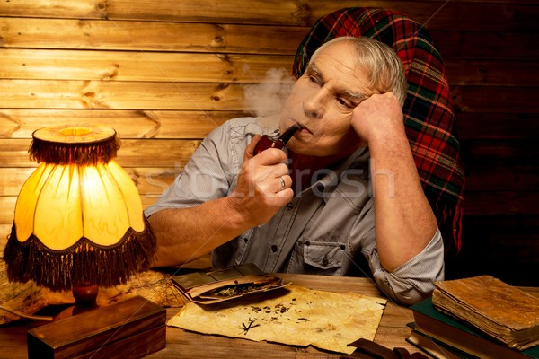 Stockfoto: Senior · man · roken · pijp · houten · interieur
