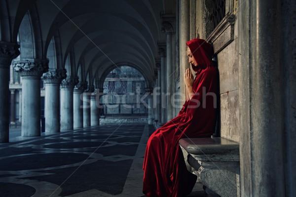 Nő piros köpeny imádkozik egyedül lány Stock fotó © Nejron