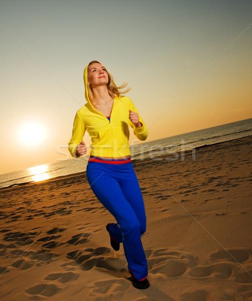 Stock fotó: Gyönyörű · fiatal · nő · fut · tengerpart · naplemente · lány