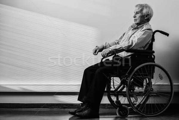 Supérieurs homme fauteuil roulant maison de retraite travaux Photo stock © Nejron