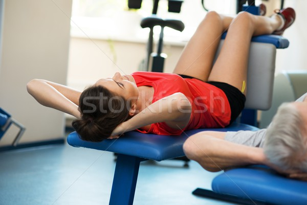 Jonge vrouw senior man abdominaal fitness club Stockfoto © Nejron