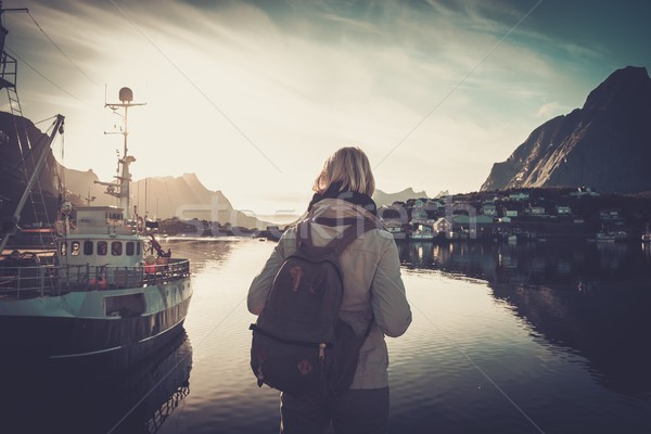 Femme voyageur regarder coucher du soleil village Norvège Photo stock © Nejron