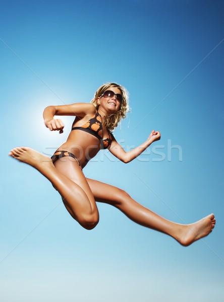 Gelukkig meisje springen gras kind leuk Stockfoto © Nejron