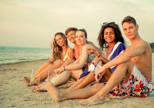 Csoport többnemzetiségű barátok italok megnyugtató tengerpart Stock fotó © Nejron