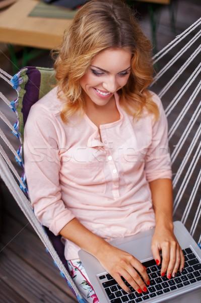Сток-фото: улыбаясь · сидят · гамак · ноутбука · лет