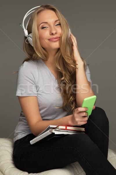 Zdjęcia stock: Pozytywny · kobieta · student · notebooka · muzyki · uśmiech