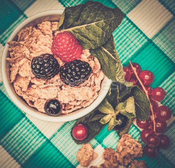 Piccolo ciotola muesli fresche frutti di bosco tovaglia Foto d'archivio © Nejron