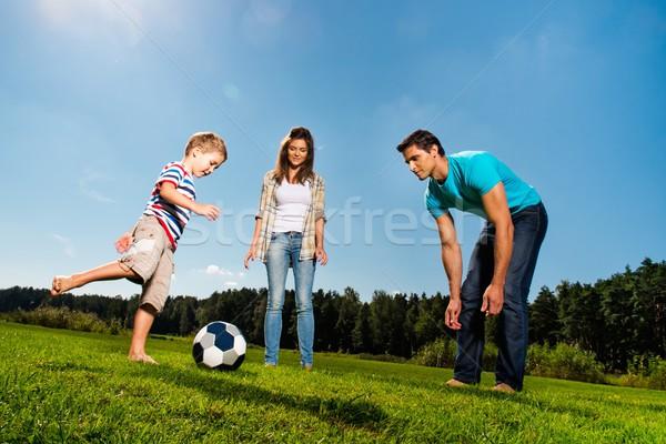 Сток-фото: счастливым · молодые · семьи · играет · футбола · улице
