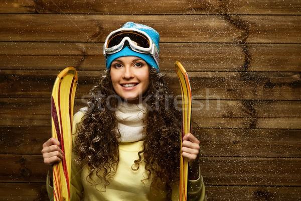 Femme souriante permanent bois maison mur neige Photo stock © Nejron