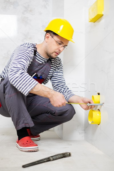Constructeur pipe salle de bain maison construction Photo stock © Nejron
